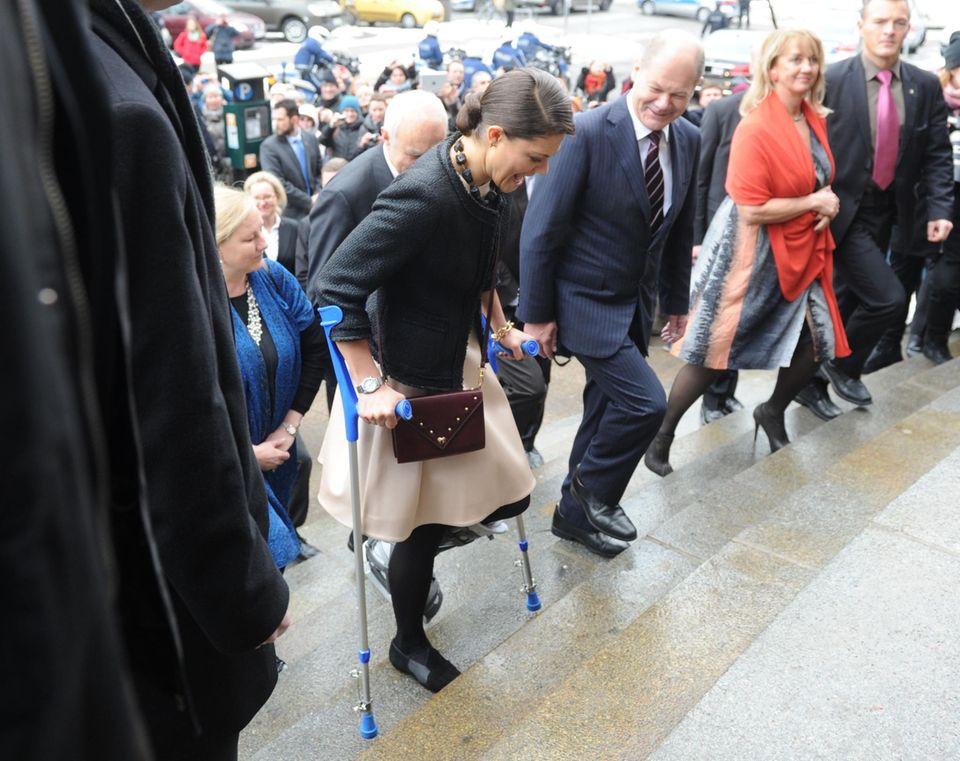 Hamburgs Bürgermeister Olaf Scholz empfängt Prinzessin Victoria, die nach einen Skiunfall Gips trägt, im Rathaus.