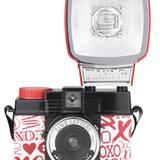 """Sichert Beweisfotos des tollen Valentins-Make-ups: """"Diana F + Love Letters""""-Kamera. Ca. 100 Euro, über www.lomography.de"""