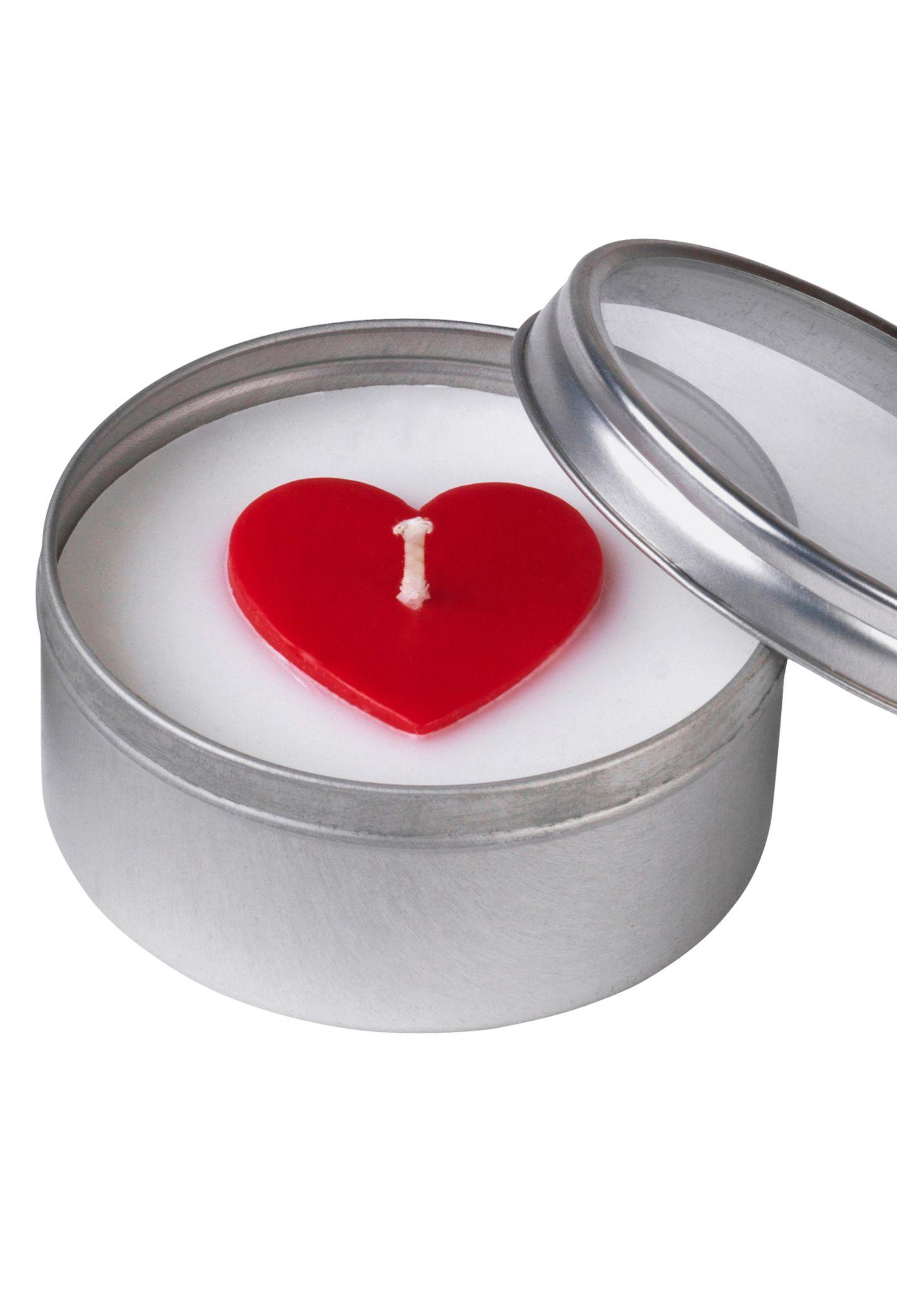 """Die limitierten """"Glänsande""""- Duft-Teelichter sorgen für romantische Beleuchtung. Von Ikea, je ca. 1 Euro"""