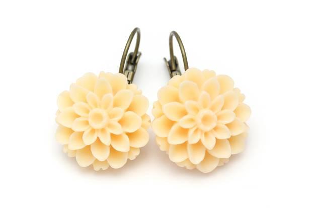 Flower-Power für die Ohren! Hänger von Madeleine Accessoires, ca. 13 Euro