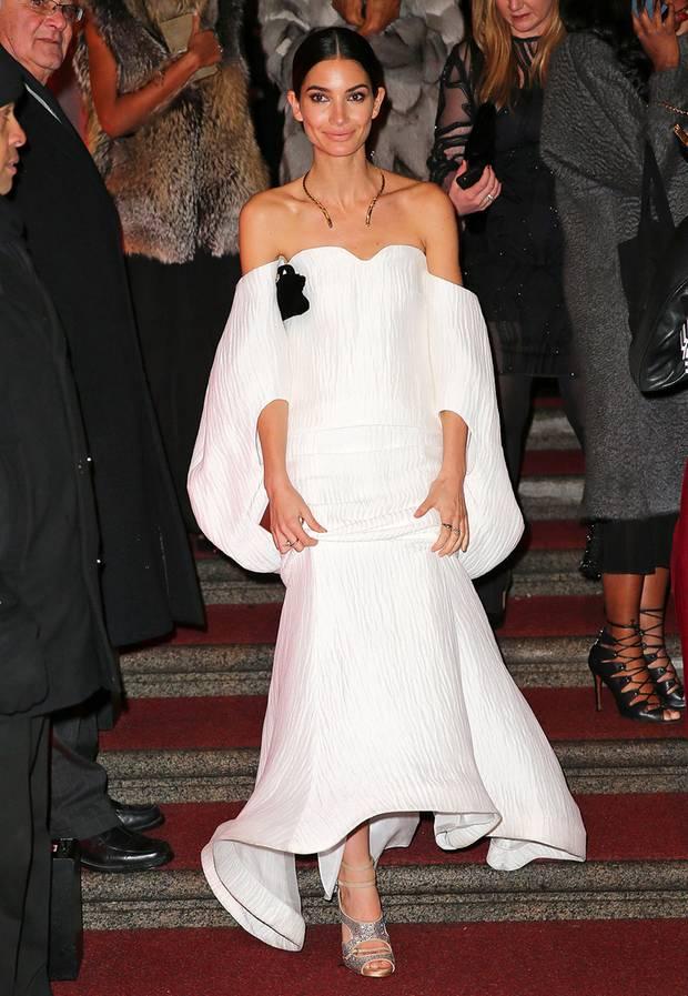 Topmodel Lily Aldridge trägt eine außergewöhnliche, schulterfreie Robe von Rosie Assoulin.