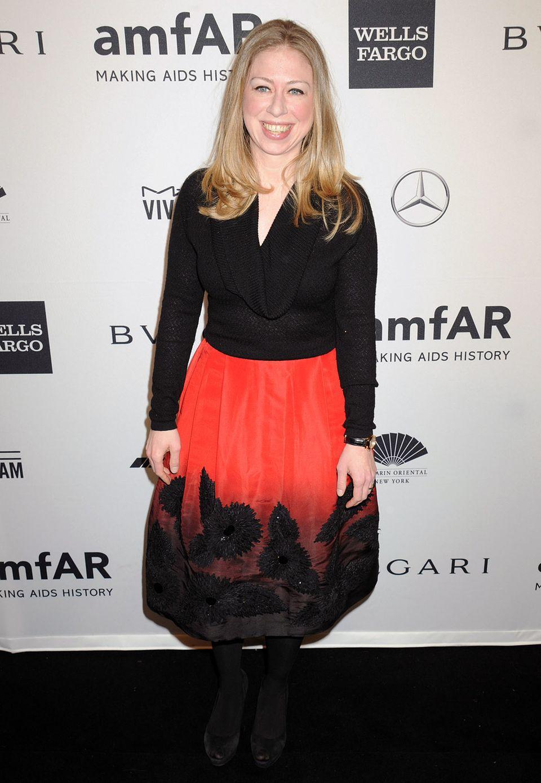 Laudatorin Chelsea Clinton zeigt sich in Schwarz und Rot.