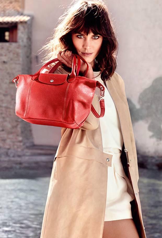1 Modelmenia   Das Gesicht der aktuellen Frühjahr/Sommer-Kampagne ist das englische It-Girl Alexa Chung. Zuvor hatten den Job schon Top-Models wie Coco Rocha, Sascha Piwowarowa, Lily Cole und Kate Moss. Kate wurde sogar für das Unternehmen kreativ: Sie entwarf zwei Taschen-Kollektionen für Longchamp.