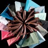 """2 Hit-Modell   1971 ging die erste Handtasche in Produktion. 1993 entwarfen Philippe Cassegrain und Isabelle Guyon die """"Le Pliage"""", eine origamiinspirierte Tasche aus Nylon mit Ledergriffen. Die """"Faltbare"""" war zunächst als Notfall-Shopper für die Handtasche gedacht, doch das erfolgreichste Modell der Marke gibt es inzwischen auch komplett aus Leder. Bisher wurden mehr als 26 Millionen Stück verkauft."""