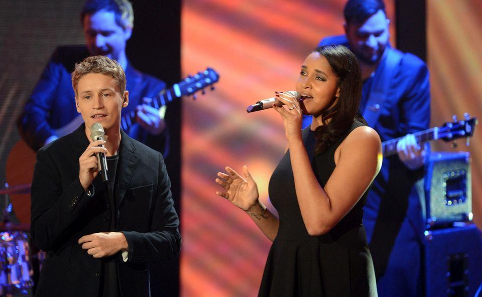 Tim Bendzko steht zusammen mit Kassandra Steen auf der Bühne. Er wird als bester nationaler Musiker ausgezeichnet.