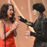 Andie MacDowell überreicht Diane Keaton die Goldene Kamera für ihr Lebenswerk.