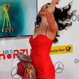 Schauspielerin Andie MacDowell schüttelt ihre Locken.