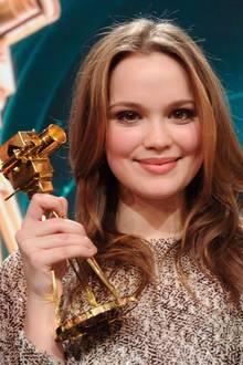 """Emilia Schüle gewinnt die """"Goldene Kamera"""" als """"Beste Nachwuchsschauspielerin""""."""