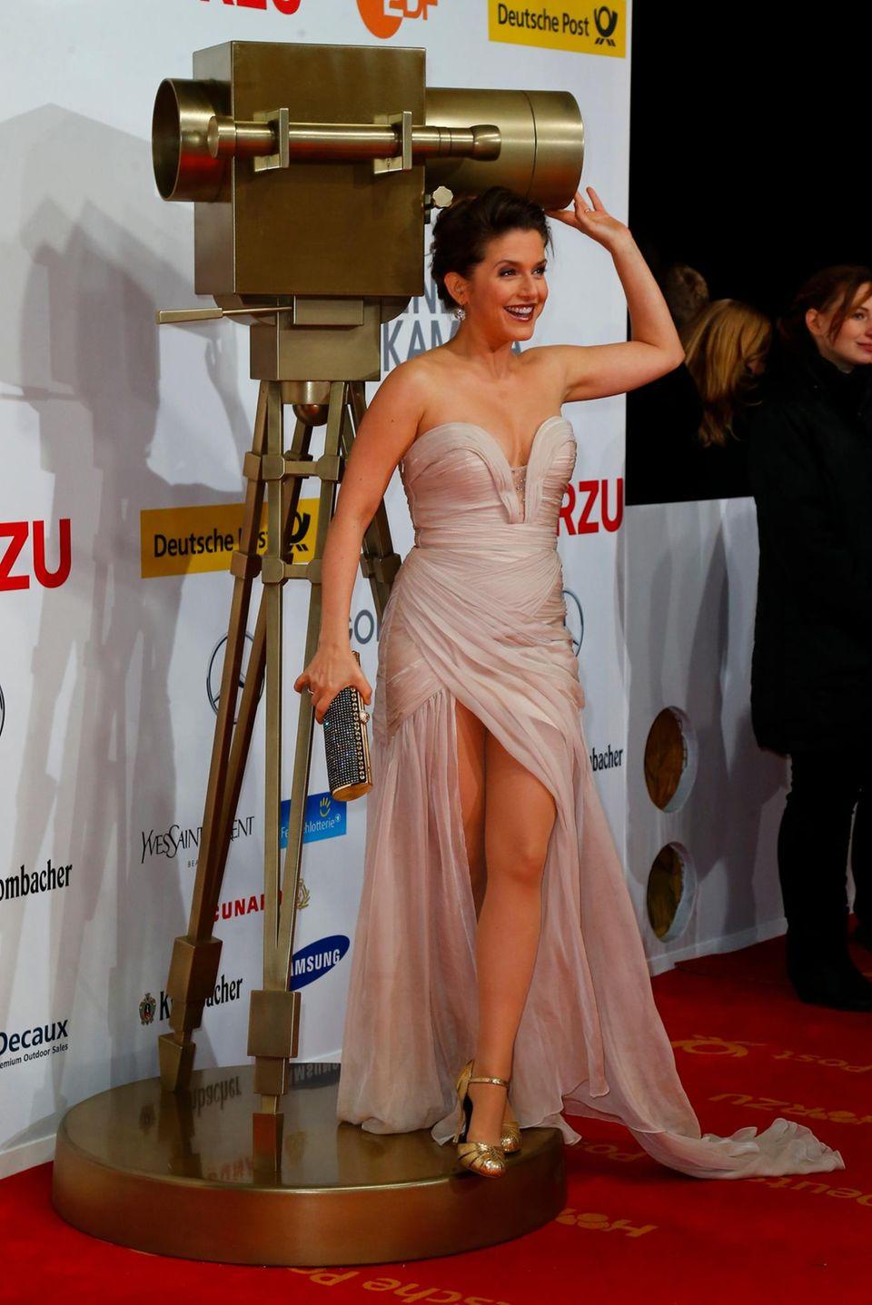Jeanette Biedermann posiert auf dem roten Teppich.