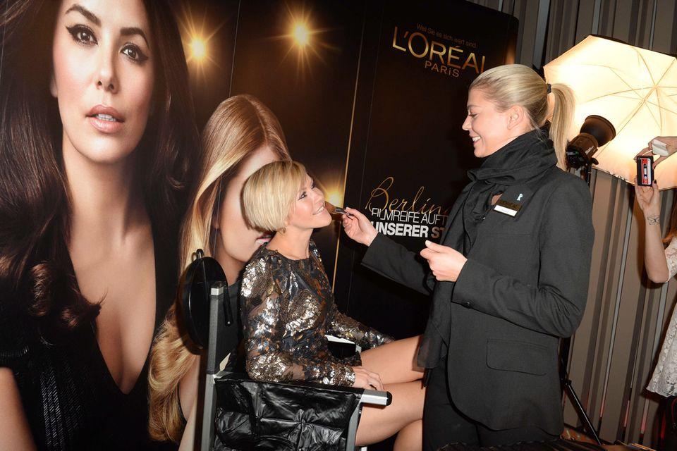 Wolke Hegenbarth lässt ihren Look von der L'Oréal-Stylistin noch perfektionieren.