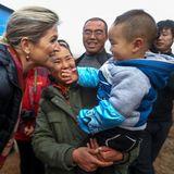 26. November 2014: Königin Máxima ist auf einer Ziegenfarm in Lou Manchu und trifft dort auf den Sohn des Farmbesitzers. Es scheint, als wenn der Kleine den lachenden, royalen Gast am liebsten mal anfassen möchte.