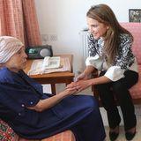 30. Juni 2014: Königin Rania von Jordanien besucht mit ihrer Tochter Prinzessin Iman ein Altersheim in Amman.