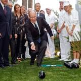 3. Oktober 2014: Fürst Albert zeigt sich sportlich und greift bei einer Eröffnung in Monte Carlo zur Bowling-Kugel.