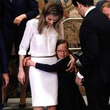"""9. April 2014: Prinzessin Letizia begrüßt Vertreter der Stiftung """"Down-Syndrom von Madrid"""" im Königspalast. Die Prinzessin hat einen kleinen Fan dazugewonnen."""