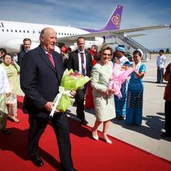 1. Dezember 2014: König Harald und Königin Sonja sind auf Staatsbesuch in Myanmar. Per Flugzeug sind sie in der Hauptstadt Naypyidaw geflogen, von wo aus sie ihre Reise starten.