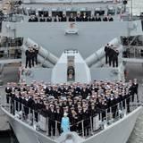 """20. Mai 2014: Im Hafen von Portsmouth ist Queen Elizabeth an Bord der """"HMS Lancaster"""" gegangen und posiert zur Erinnerung an ihren Besuch mit der Besatzung für ein Foto."""