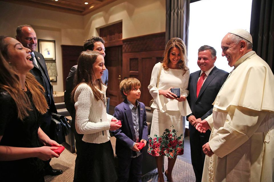 24. Mai 2014: König Abdullah und Königin Rania von Jordanien und ihre Familie begrüßen Papst Franziskus in Amman.