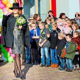"""21. November 2014: Königin Máxima hat die Ehre, in Joure eine neue Schule zu eröffnen. Die Schüler der """"Brede School"""" stehen ganz diszipliniert in einer Reihe, als die Königin winkend an ihnen vorbeigeht."""