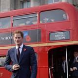 """30. Oktober 2014: Nächster Halt """"Buckingham Palace"""". Prinz Harry hat sich mit Unterstützern des """"Royal British Legion Poppy Day"""" zu einer Rundfahrt in einem typischen Londoner Doppeldecker-Bus getroffen."""