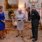 """26. November 2014: Ausnahmsweise ist Queen Elizabeth mal diejenige, die einen Preis entgegennimmt. Aus den Händen von Verbandspräsidentin Prinzessin Haya von Jordanien erhält die Monarchin den ersten """"LIfetime Achievement Award"""", den der internationale Pferdesportverbandes (FEI) vergibt. Gewürdigt werde damit ihre """"führende Rolle als Unterstützerin des Pferdesports während ihrer gesamten Regentschaft"""".  Während Prinz Philip (rechts) seit vielen Jahren nur als Kutschefahrer aktiv ist, steigt die Queen nach wie vor noch regelmäßig in den Sattel und unternimmt Ausritte auf ihren Pferden."""