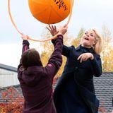 6. Oktober 2014: Prinzessin Mette-Marit probiert in Årnes aus, wie sich Schüler in der Pause beschäftigen können.
