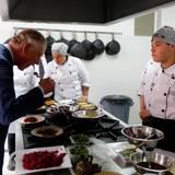 29. Oktober 2014: Prinz Charles und Herzogin Camilla sind zu einem 4tägigen Staatsbesuch nach Kolumbien gereist. Charles probiert das Essen in der Botschaft in Bogotá direkt in der Küche.