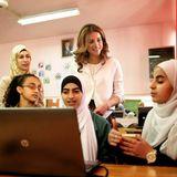 """28. April 2014: Königin Rania von Jordanien besucht die """"Jordan Education Initiative"""" in einer gemischten Schule in Amman."""