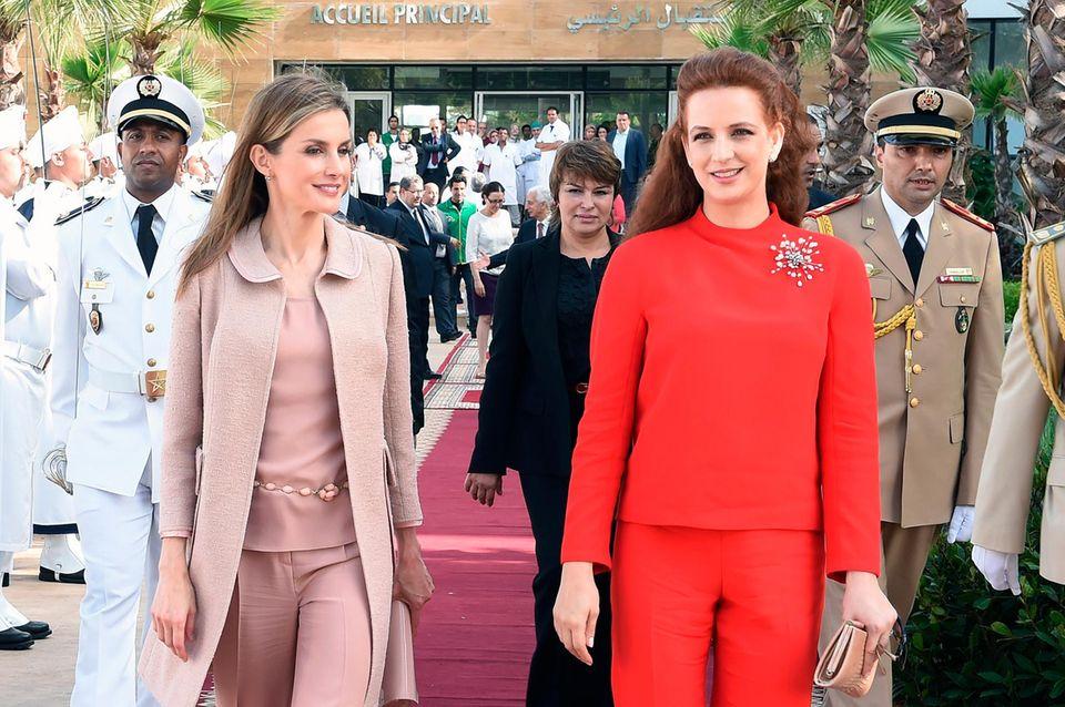 """15. Juli 2014: Königin Letizia von Spanien ist zu Gast bei Prinzessin Lalla Salma von Marokko. Beide besuchen das """"Lalla Salma Centre for Research Against Cancer"""" in Rabat."""