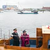 """Royals: 7. Mai 2014: Königin Margrethe und Prinzgemahl Henrik setzen im Hafen von Kopenhagen über zur königlichen Yacht """"Dannebrog"""" (im Hintergrund), die sie nach Helsingør bringen soll. Traditionell unternehmen sie jeden Sommer eine Tour per Schiff durch die Hafenstädte Dänemarks."""