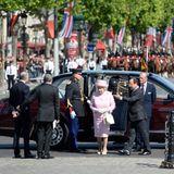 """5. Juni 2014: Queen Elizabeth und Prinz Philip sind auf einem dreitägigen Staatsbesuch in Frankreich. Am """"Arc de Triomphe"""" werden sie vom französischen Präsident François Hollande empfangen."""