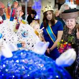 20. November 2014: Prinzessin Beatrix hat königliche Begleitung bei einem von UNICEF organisierten Treffen für Kinderrechte. Die ehemalige Königin der Niederlande trägt allerdings keine Krone sondern einen typischen Hut.