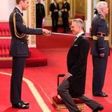 """14. November 2014: Prinz William übernimmt im """"Buckingham Palace"""" eine Investitur-Zeremonie. Für Daniel Day-Lewis muss er den Säbel zücken, denn der Schauspieler erhält den Titel """"Knight Bachelor of the British Empire""""."""