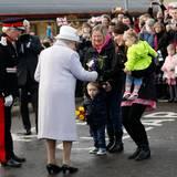 20. November 2014: Queen Elizabeth und Prinz Philip verbringen ihren 67. Hochzeitstag in Schottland. Mit dem Zug sind sie nach Elgin gefahren, wo es am Bahnsteig einige Blumen zur Begrüßung gibt. Elfi und Sienna, die die Sträuße überreichen sollen, scheinen aber ein wenig verschüchtert beim Auftritt der Queen. Ihre Mütter helfen aber.