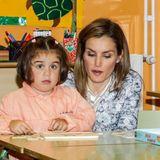 """16. September 2014: In der """"Ben-Cho-Shey""""-Schule schauen Königin Letizia und König Felipe kleinen Schülerinnen über die Schulter."""