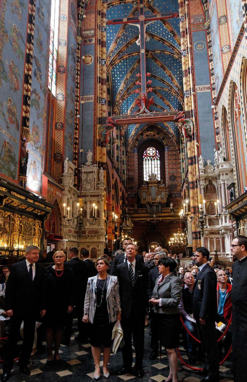"""9. Mai 2014: Großherzogin Maria Teresa und Großherzog Henri von Luxemburg sind auf Staatsbesuch in Polen. In Krakau besichtigen sie die Basilika """"Notre Dame Sainte Marie""""."""
