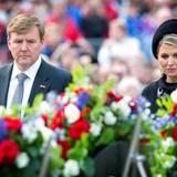4. Mai 2014: König Willem-Alexander und Königin Máxima legen während der nationalen Gedenkfeier für der Verstorbenen des Zweiten Weltkriegs im Amsterdam einen Kranz nieder.