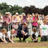 16. Juli 2014: Prinz William hilft den Kindern beim Pflanzen der Poppys (Mohnblumen) im Coventry War Memorial Park.