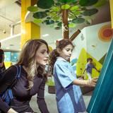 19. Oktober 2014: Königin Rania eröffnet im Kinder-Museum in Amman eine Ausstellung und lässt sich genau zeigen, was es zu sehen gibt.