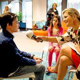 12. Mai 2014: Königin Máxima interviewt für einen Radiosender in Den Haag zwei Schüler um auf eine Spendenaktion für Musikinstrumente aufmerksam zu machen.