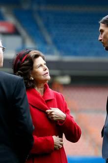 """2. Dezember 2014: Könign Silvia und König Carl Gustaf sind zu einem dreitägigen Besuch nach Frankreich gereist. im """"Parc des Princes""""-Stadion in Paris treffen sie auf den schwedischen Fußballer Zlatan Ibrahimovic, der im Team von """"Paris Saint-Germain"""" spielt."""