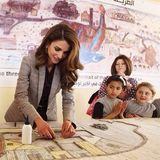 7. April 2014: Königin Rania von Jordanien bastelt mit Kindern an einem riesigen Mosaik.