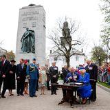 19. Mai 2014: Prnz Charles und Herzogin Camilla tragen sich in das Gästebuch der Stadt Halifax ein. Die Briten sind auf Staatsbesuch in Kanada.