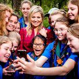 22. April 2014: Königin Máxima besucht eine Gruppe Pfadfinderinnen in Lunteren, Niederlande, und macht mit den Mädchen ein Selfie.