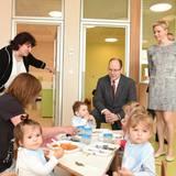 """8. April 2014: Monacos Fürstenpaar weiht die Krippe """"Insel für Kleinkinder"""" ein."""
