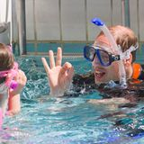 """9. Juli 2014: Eine Abkühlung bei sommerlichen Temperaturen: Prinz William genießt seinen Termin im """"British Sub-Aqua Club"""" in London."""