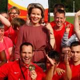 """19. September 2014: In Mol posiert Königin Mathilde mit Teilnehmern der """"Special Olympics European Summer Games"""" für ein Erinnerungsfoto."""