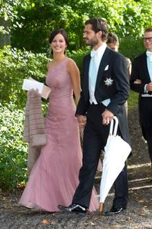 Sofia Hellqvist und Prinz Carl Philip von Schweden sind seit 2010 ein Paar und leben gemeinsam auf Djurgården, einer Insel im Osten von Stockholm.   Auf der Hochzeit seines Cousins Gustaf Magnuson im Spätsommer 2013 sieht man die beiden glücklich Hand in Hand.