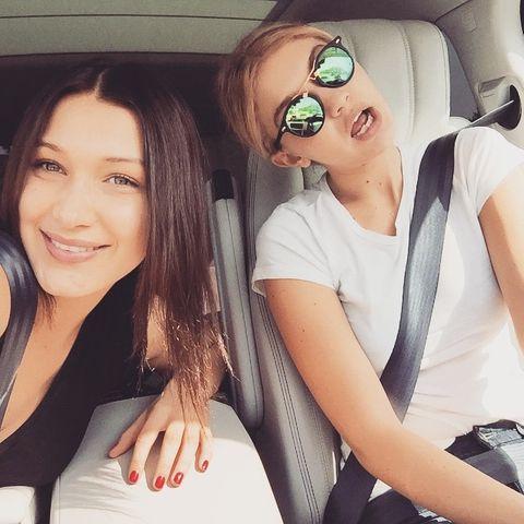 """Gigi und Bella Hadid  Während Gigi Hadid schon etwas länger als erfolgreiches Model unterwegs ist, wurde ihre ein Jahr jüngere Schwester erst vor kurzem als Model entdeckt und ist nun ebenfalls im Portfolio der Agentur """"IMG"""" zu finden. Ihre Schönheit haben die Schwestern übrigens von ihrer einst erfolgreichen Model-Mama Yolanda Foster geerbt."""