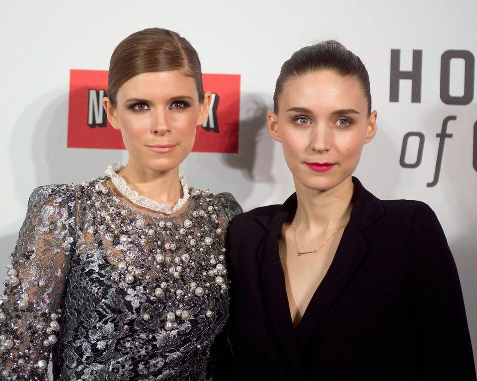 """Rooney und Kate Mara  Die Mara-Schwestern trennen nur zwei Jahre und doch könnten die Rollen, mit denen sie in Deutschland bekannt wurden, nicht unterschiedlicher sein. Kate, die bereits während der Schulzeit in Musical- und Theateraufführungen mitwirkt, spielt eine tragende Rolle in der viel gelobten US-Serie """"House of Cards"""". Rooney wird für ihre Darbietung der """"Lisbeth Salander"""" in """"The Girl With The Dragon Tattoo"""" für den Oscar nominiert."""