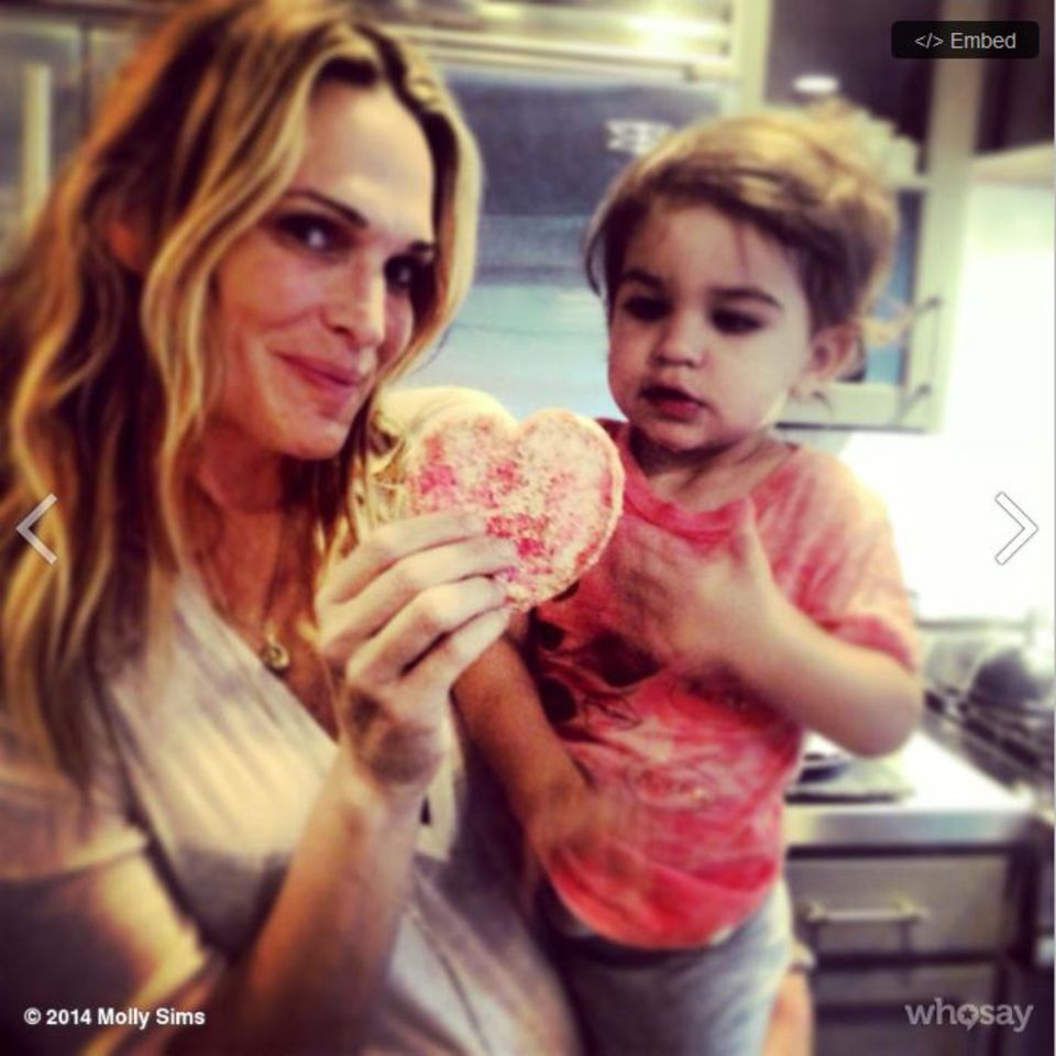 Molly Sims backt Herz-Kekse.